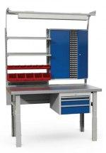 Stanowisko montażowe Table 500 C10, 1530x800mm, z lampą, półkami, szafką narzędziową, szufladami i pojemnikami plastikowymi.