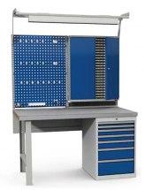 Stanowisko montażowe Table 500 C11, wyposażone w szafkę narzędziową, panel narzędziowy, szuflady i lampę, 1530x800mm.
